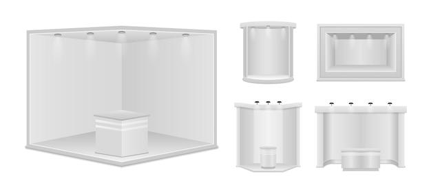 Standardowe stoisko z reflektorami. białe puste panele, stojak reklamowy. kreatywny projekt stoiska wystawowego na białym tle. prezentacja w sali konferencyjnej. ilustracja