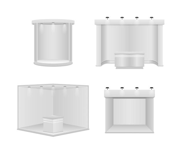 Standardowe stoisko z reflektorami. białe puste panele, stojak reklamowy. kreatywny projekt stoiska wystawowego na białym tle. prezentacja w sali konferencyjnej.