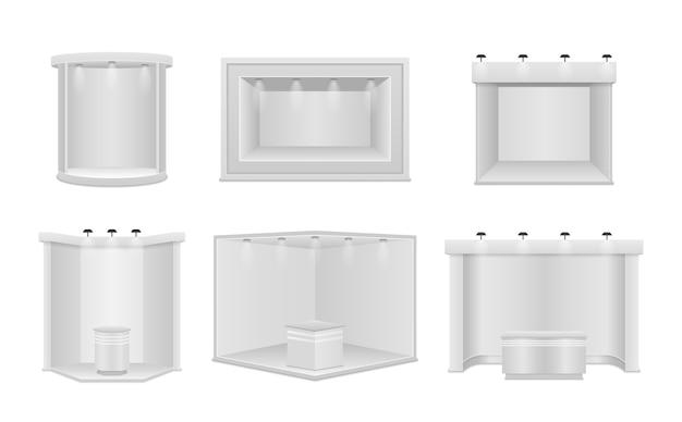 Standardowe stoisko z reflektorami. białe puste panele, stojak reklamowy.