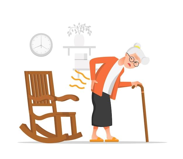 Stara kobieta cierpi na ból pleców