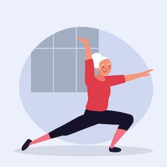 Stara kobieta ćwiczy jogę
