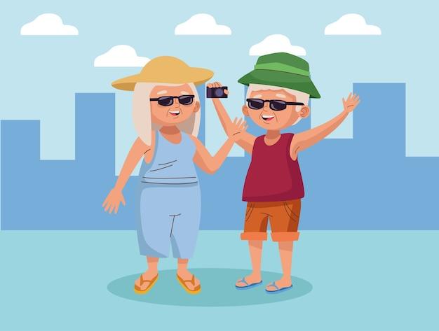 Stara para turysta z aparatem fotograficznym na miasto aktywnych seniorów