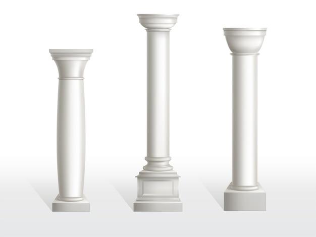 Starożytne kolumny ustawione na białym tle.