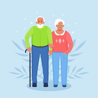 Starsi para trzymając się za ręce. seniorzy babcia i dziadek razem. dziadkowie. stary brodaty mężczyzna i kobieta. szczęśliwa rodzina