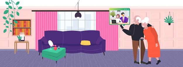 Starsi rodzice o wideokonferencji z dziećmi szczęśliwa rodzina omawiająca podczas wirtualnego spotkania koncepcja komunikacji. ilustracja pozioma wnętrza salonu pełnej długości