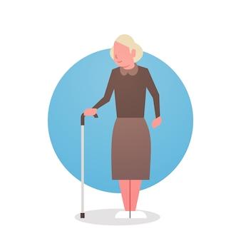 Starsza kobieta z kij babci siwieje włosy żeńskiej ikony pełnej długości dama