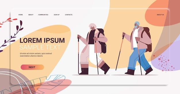 Starszy afroamerykanin kobieta mężczyzna wędrowcy podróżujący z plecakami i kijami na spacer nordic walking aktywna starość koncepcja pełnej długości poziomej kopii przestrzeni ilustracji wektorowych
