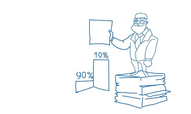 Starszy biznesmen ułożone papierowe dokumenty papierowe trzymać umowy podpisać szkic doodle