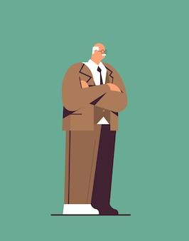 Starszy biznesmen w stroju wizytowym w wieku biznesmen stojący poza starością koncepcja pionowa ilustracja wektorowa pełnej długości
