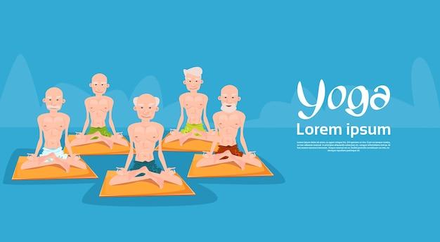 Starszy mężczyzna grupa siedzi w pozycji lotosu jogi