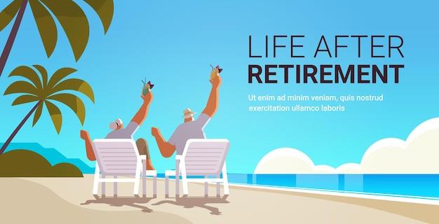 Starszy mężczyzna kobieta pije koktajle na tropikalnej plaży para w wieku bawi się aktywna starość