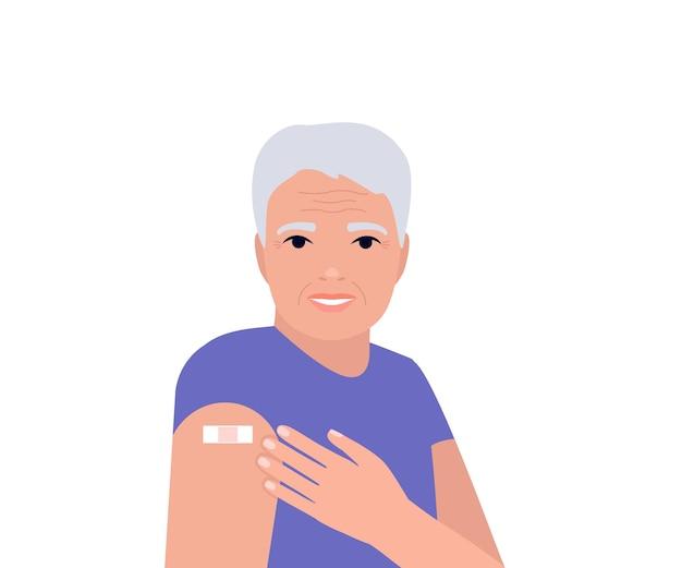 Starszy mężczyzna po szczepieniu pokazuje rękę z łatą z bandażem po zaszczepieniu