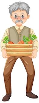 Stary rolnik trzymający drewnianą skrzynię marchwi na białym tle