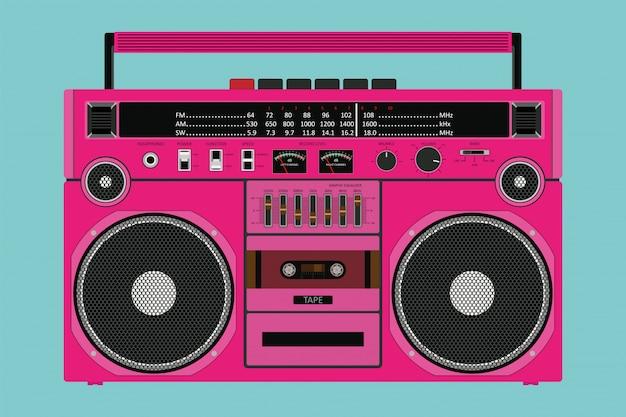 Stary różowy magnetofon do przesyłania muzyki z dwoma odizolowanymi głośnikami