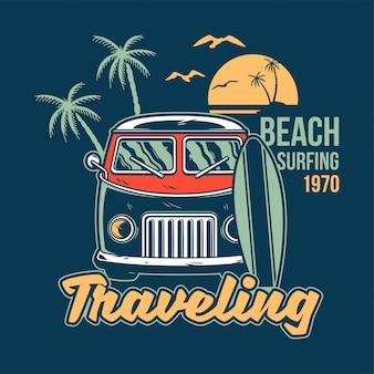 Stary, zabytkowy samochód na letnie surfowanie, podróżowanie i życie na rajskich plażach kalifornii z morską falą.