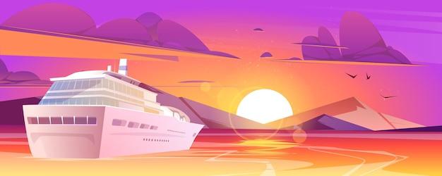 Statek wycieczkowy na morzu z górami o zachodzie słońca