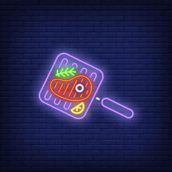 Stek wołowy na grillu z neonowym rozmarynem patelni