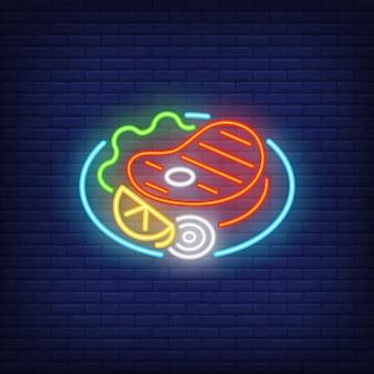 Stek wołowy z warzywami na neonowym talerzu