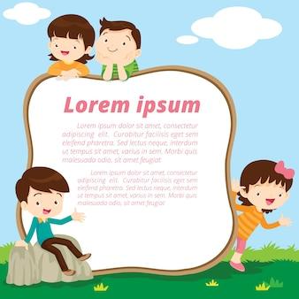 Stojący chłopiec i dziewczynka mają ogłoszenie na ramie kosmicznej. słodkie dzieci obecne i biała tablica.