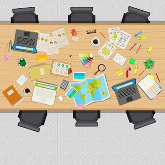 Stół biurowy z rzeczami biznesowymi, widok z góry.