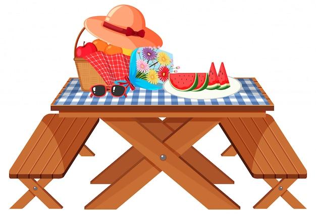 Stół piknikowy z owocami i kwiatami na białym tle
