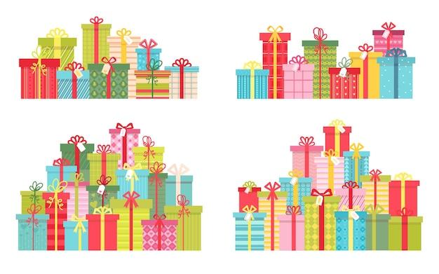 Stos kreskówka prezenty świąteczne i urodzinowe w pudełkach prezentowych. koncepcja nagrody. dekoracja świąteczna niespodzianka. płaski prezent stos wektor zestaw. jasne świąteczne pudełka na prezenty na powitanie