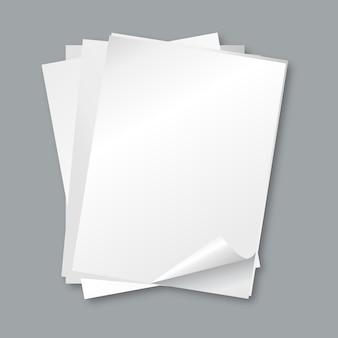Stos papierów. na białym tle puste arkusze białego papieru