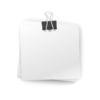 Stos papieru biurowego z pinezką na białym tle