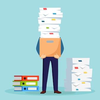 Stos papieru, biznesmen zajęty ze stosem dokumentów w kartonie, tekturowym pudełku. papierkowa robota. koncepcja biurokracji. zestresowany pracownik. projekt kreskówki