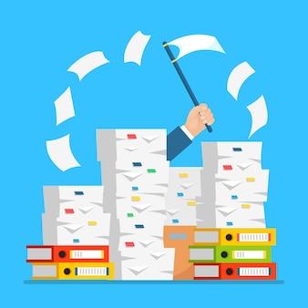 Stos papieru, stos dokumentów z kartonem, pudełko kartonowe, teczka. zestresowany pracownik w stercie papierkowej roboty. zajęty biznesmen ze znakiem pomocy, białą flagą. biurokracja.