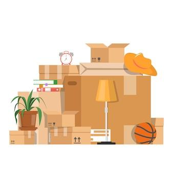 Stos pudełek z różnymi rzeczami.