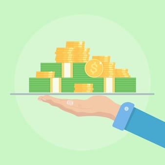 Stos, stos złotych monet, gotówka, waluta na tacy w ręku. kupa pieniędzy