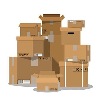Stos ułożonych w stos zapieczętowanych pudełek kartonowych.