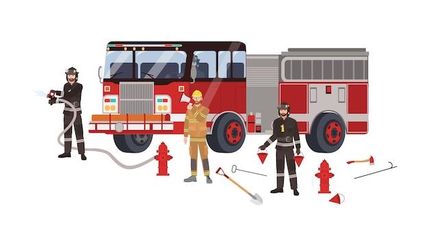 Strażacy lub strażacy w ubraniach ochronnych lub mundurach, wóz strażacki i sprzęt gaśniczy - hydrant z wężem, łopata, kij na szczupaki, siekiera, wiadra. ilustracja wektorowa płaski kreskówka