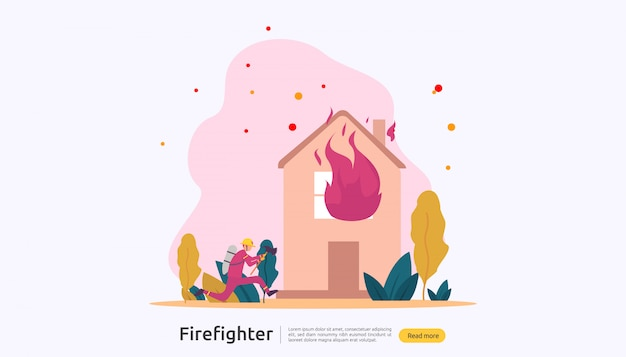 Strażak w mundurze za pomocą sprayu wody z węża do gaszenia pożaru domu płonącego