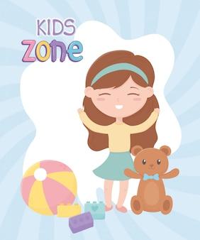 Strefa dla dzieci, śliczna dziewczynka blokuje zabawki z piłką i misiem