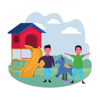 Strefa dla dzieci, szczęśliwych chłopców ze zjeżdżalnią i wiosną plac zabaw dla koni