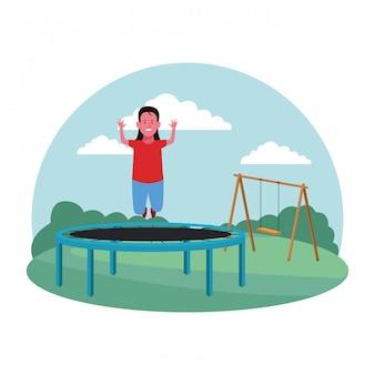 Strefa dzieci, zabawna dziewczyna skacze na placu zabaw na trampolinie