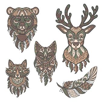 Streszczenie wektor głowy dzikich zwierząt leśnych: jelenia, wilka, niedźwiedzia, lisa i piór w stylu etnicznym, zenart. izoluje na białym tle