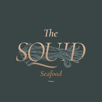 Streszczenie znak, symbol lub szablon logo kalmary owoce morza. ręcznie rysowane ilustracja kalmary ze złotą typografią retro. premium quality vintage godło.