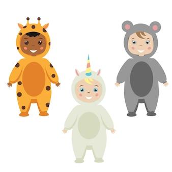 Strój dla dzieci. śliczni uśmiechnięci szczęśliwi dzieci w zwierzęcych karnawałowych kostiumach. żyrafa, mysz, kostium jednorożca