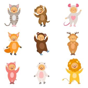 Stroje dla dzieci z zabawnymi kreskówkowymi zwierzętami. zdjęcia wektorowe izolować