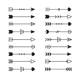 Strzały etniczne. ręcznie rysowane pióro strzałka, plemienne pióra na wskaźnik i ozdobny boho łuk na białym tle zestaw. strzały etniczne