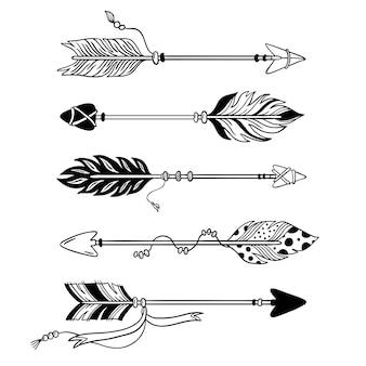 Strzały etniczne. ręcznie rysowane pióro strzałka, plemienne pióra na wskaźnik i ozdobny boho łuk na białym tle zestaw