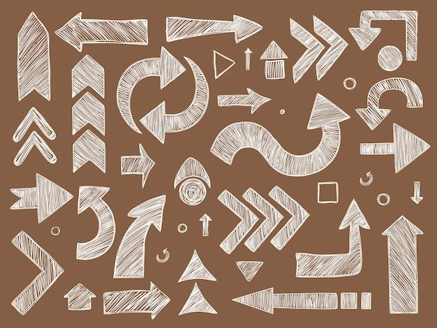 Strzały. zestaw strzałek symboli kierunku szkicowanych na tablicy. strzałka w kierunku rysowania, szkic ilustracji kredą krzywej