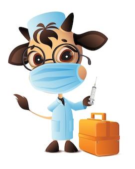 Strzykawka lekarza weterynarii byka zaszczepiona przeciwko koronawirusowi covid-19. lekarz w szlafroku i masce. na białym tle na biały ilustracja kreskówka