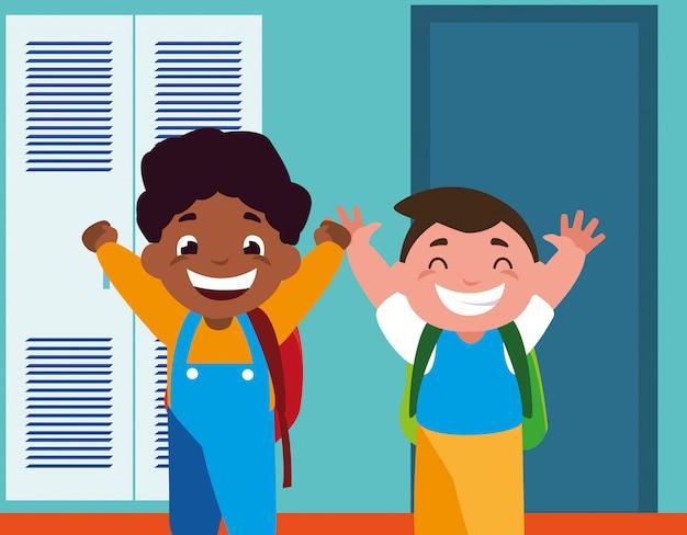 Studenccy chłopcy w szkolnym korytarzu z szafkami, z powrotem do szkoły