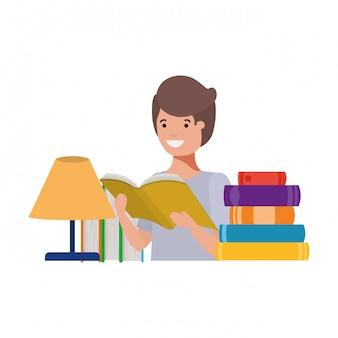 Studencka chłopiec z czytelniczą książką w rękach