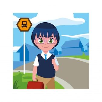 Student chłopiec na przystanku autobusowym z miastem
