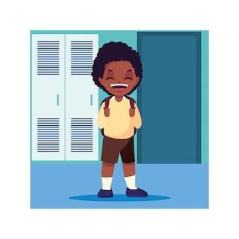 Student chłopiec w szkolnym korytarzu z szafkami, powrót do szkoły